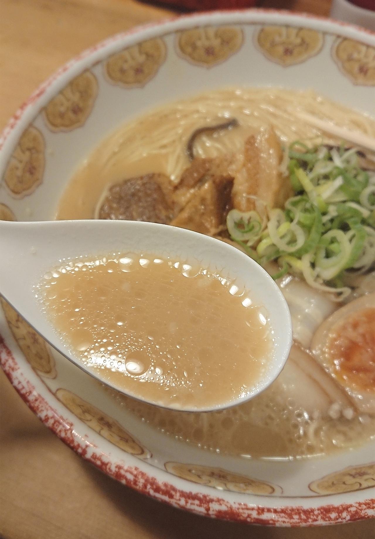 然屋ラーメンのスープをすくった写真
