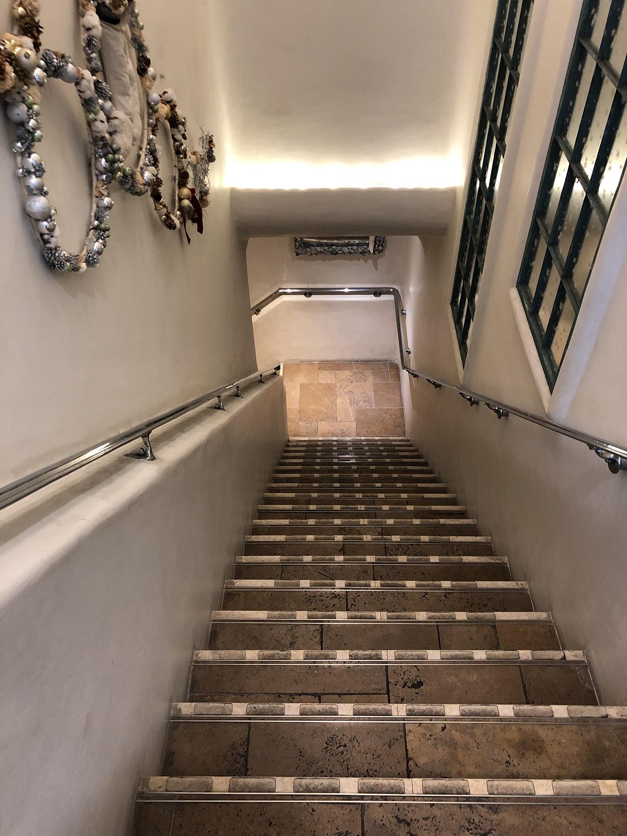 地下への階段の写真