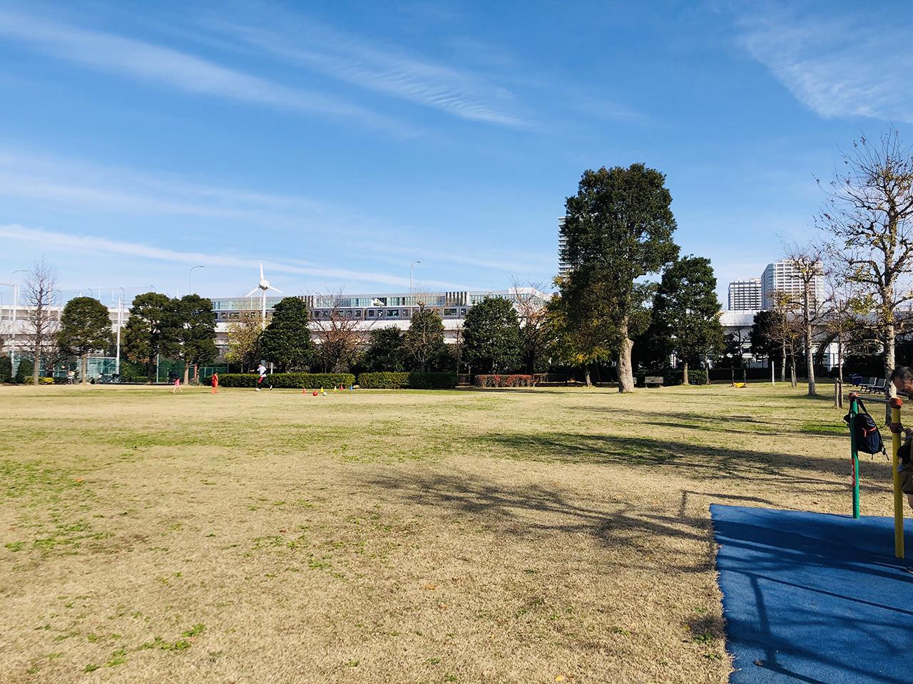公園横のモノレールの写真