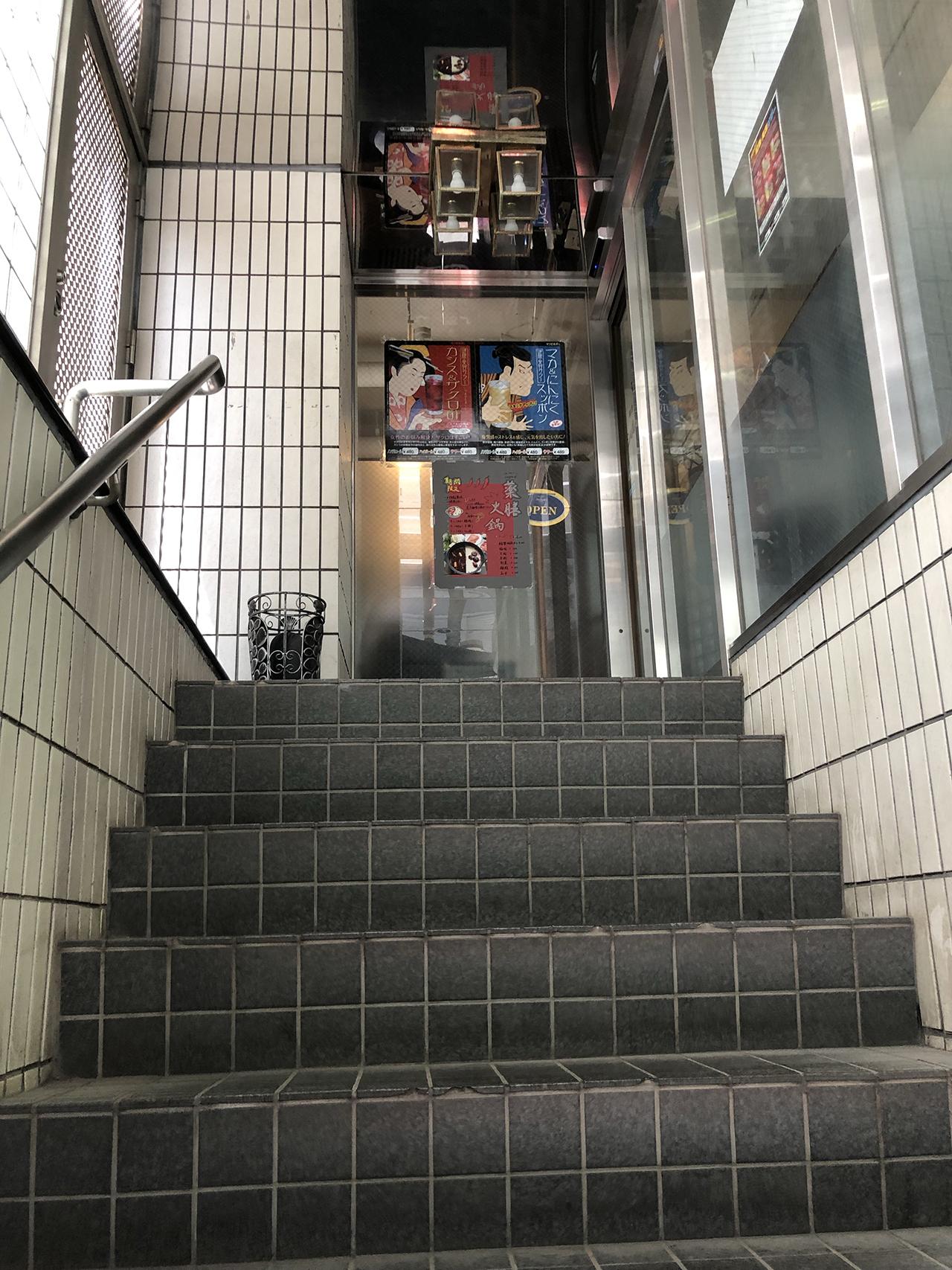 店舗入口の階段の写真
