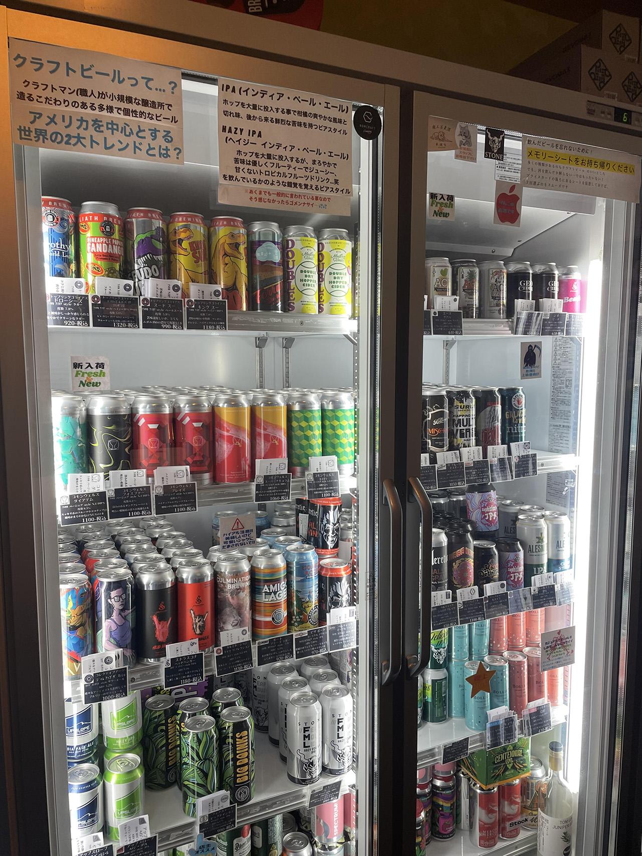店内の冷蔵庫にビールが並んでいる写真