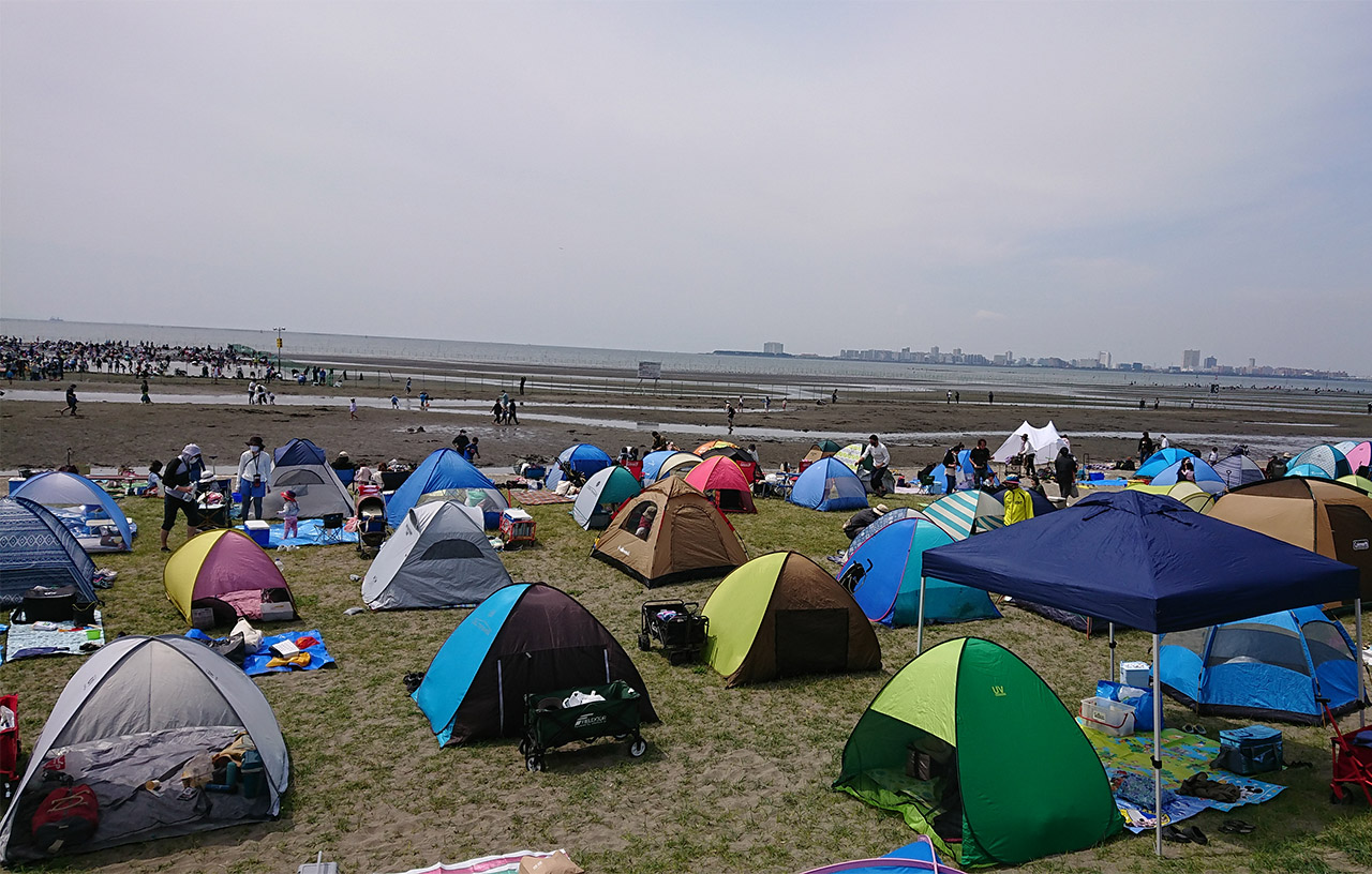 潮干狩り場の入口に広がるテントの写真