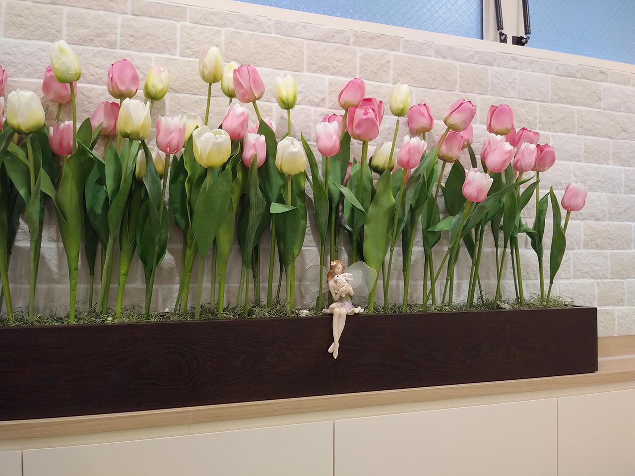 店内に飾られたチューリップの写真