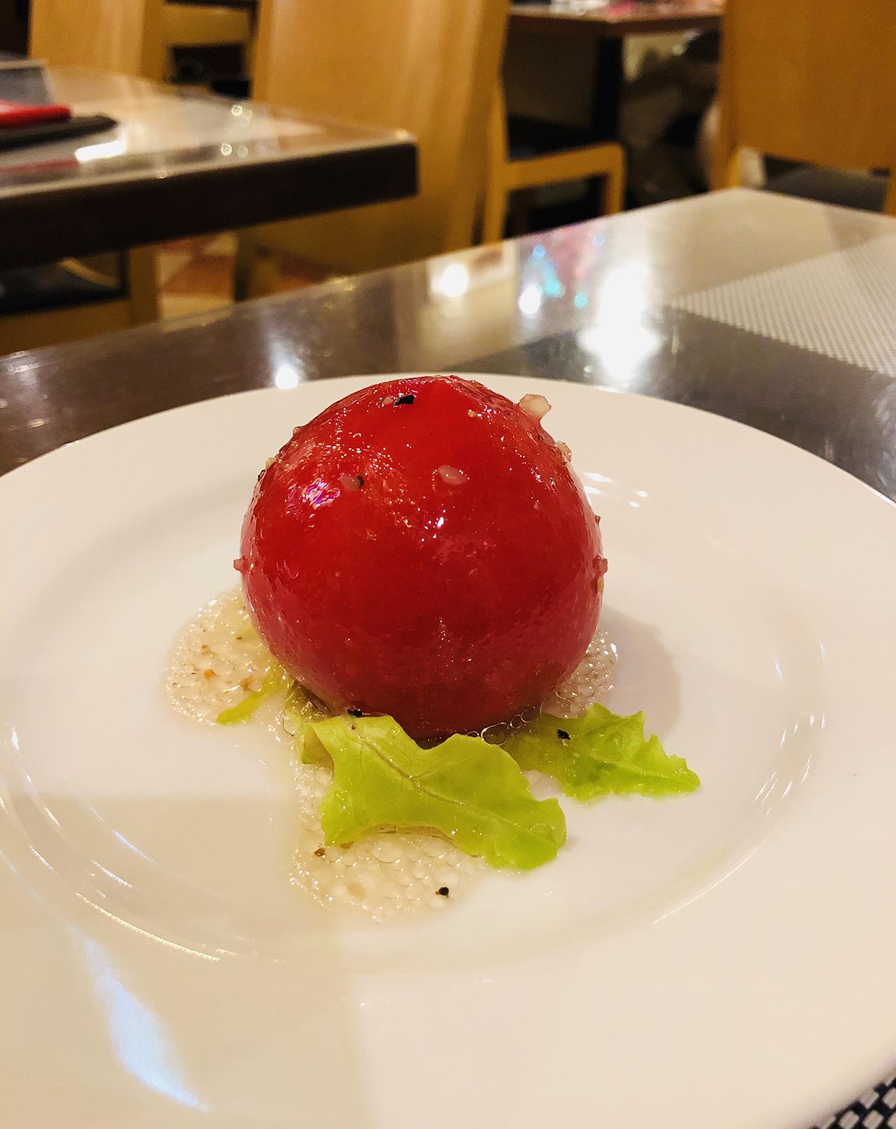 丸ごとトマトサラダのアップ写真