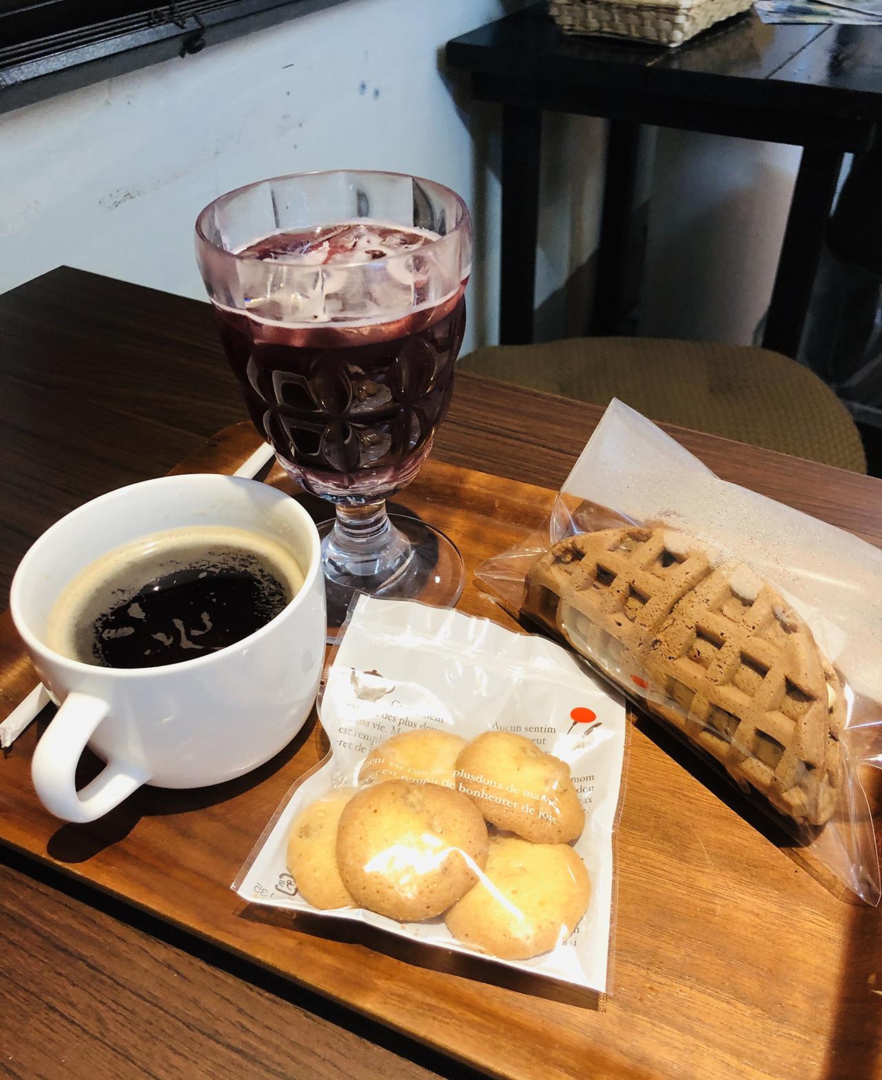 注文したワッフル・クッキー・飲み物の写真