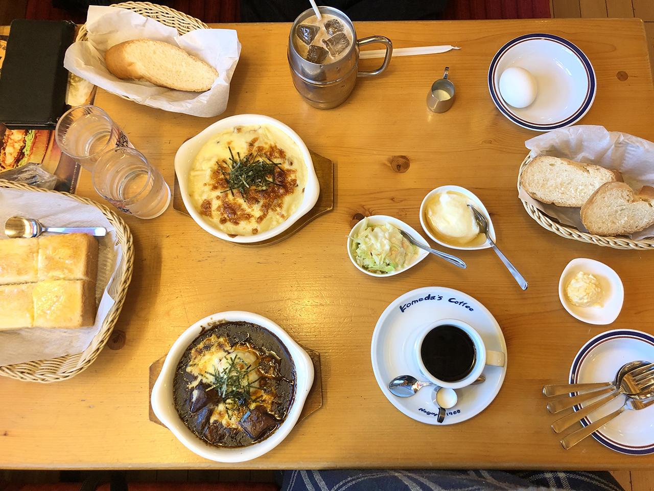 テーブルの上の料理の写真