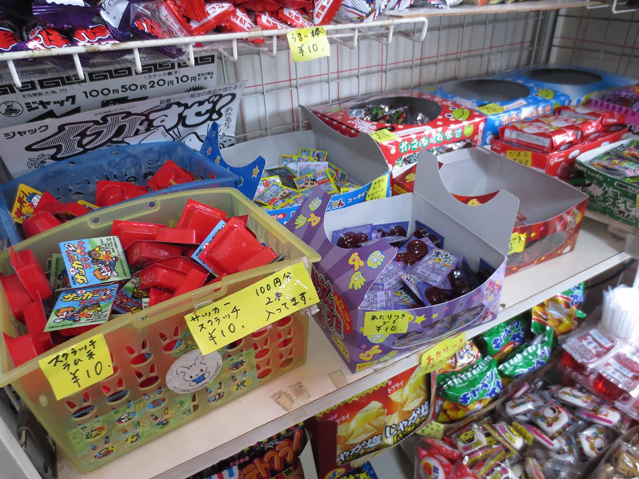 店内に陳列された駄菓子の写真2