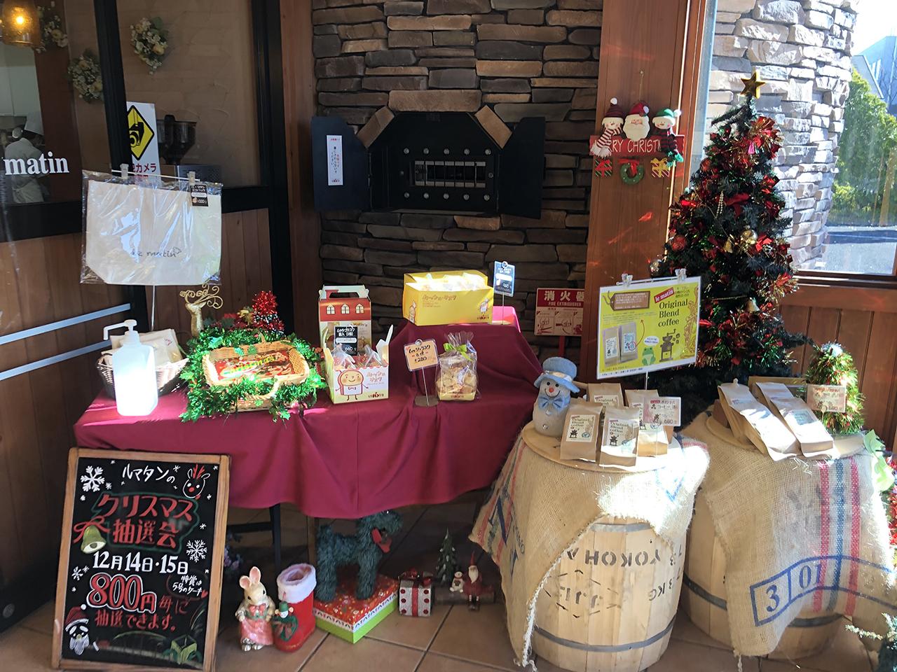 店舗入口のクリスマス装飾の写真