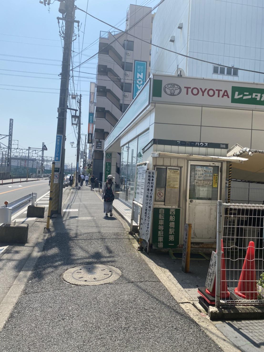 ワイズマートとトヨタがある道路の写真