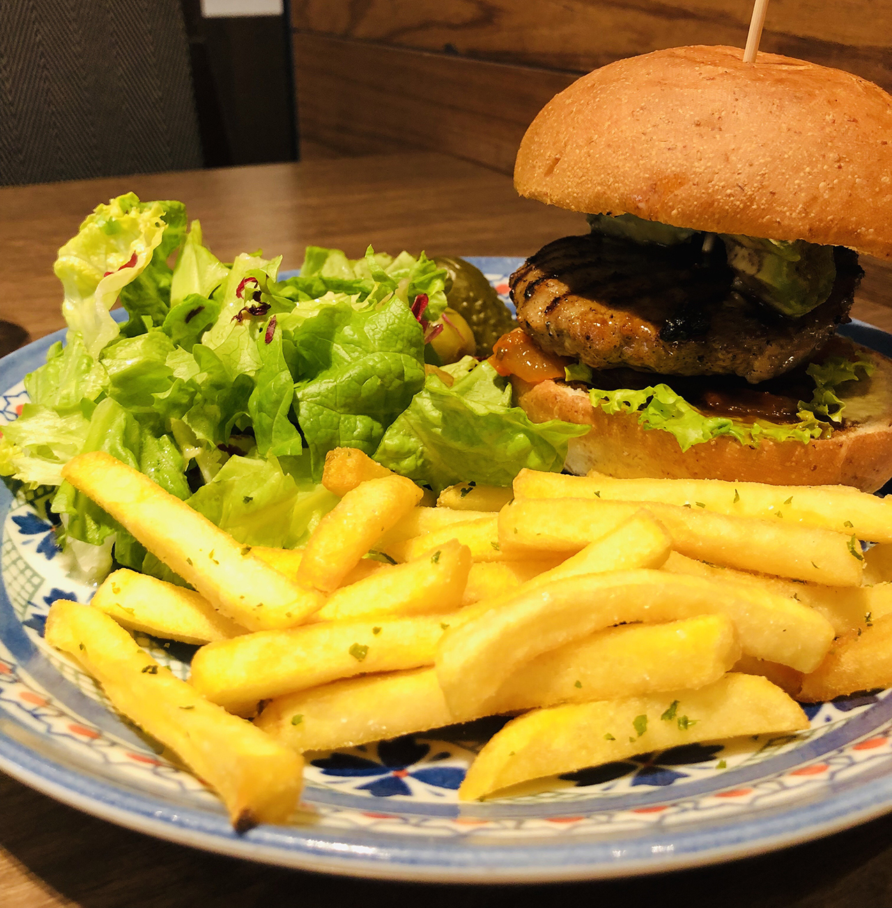 アボカドハンバーガーセットの写真