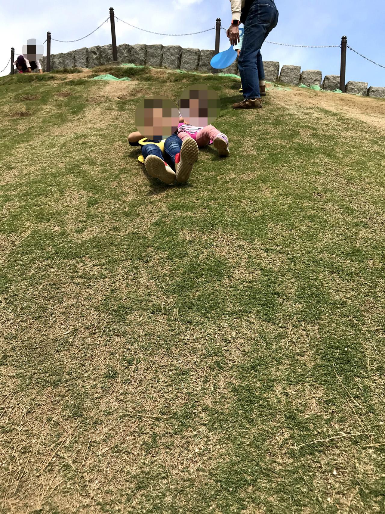 芝滑りを楽しむこどもたちの写真2