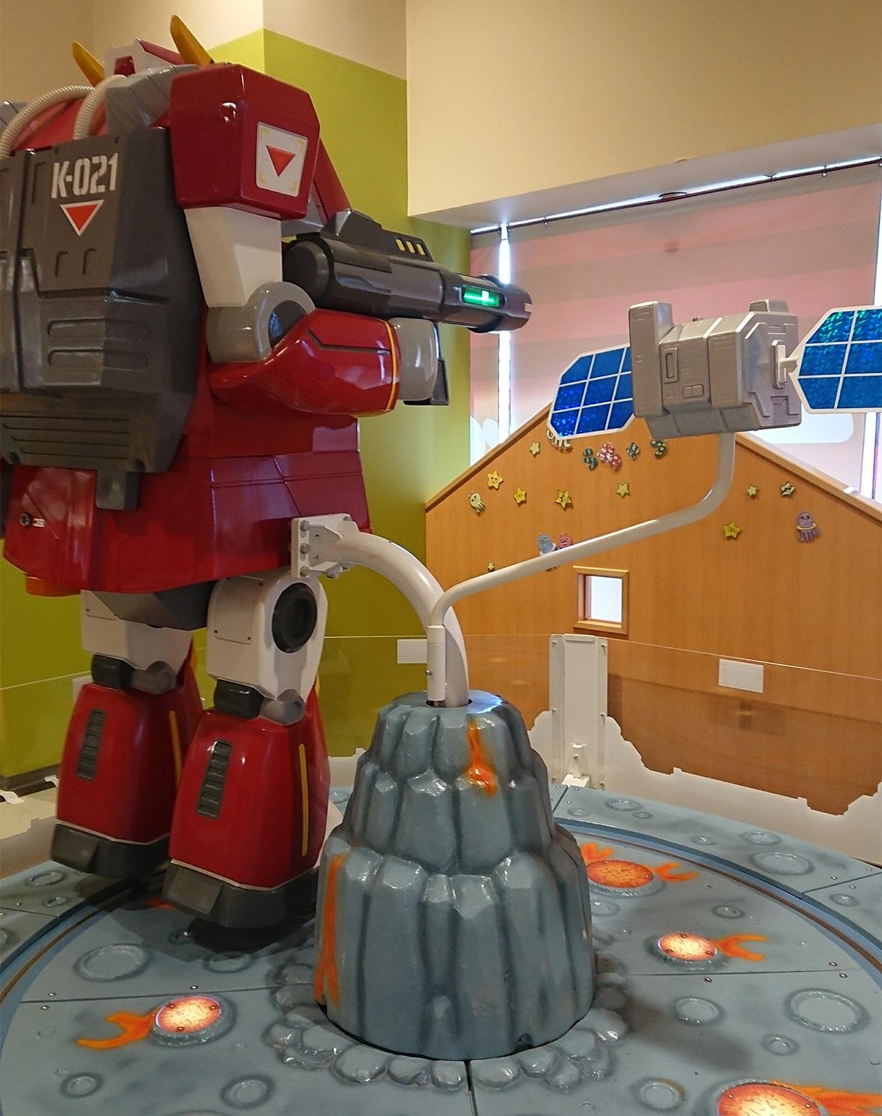 回転する巨大ロボットの写真