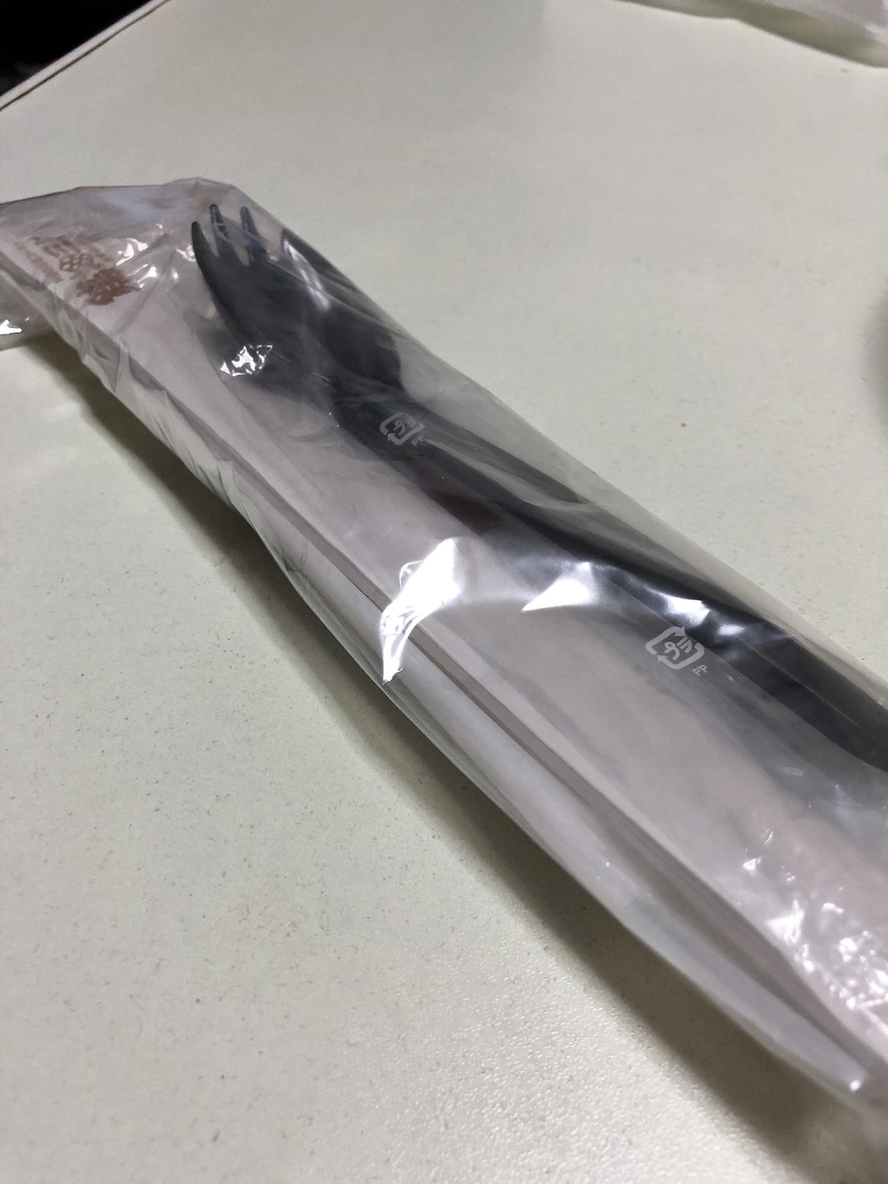 テイクアウト用のフォーク・スプーン・箸・手拭きセットの写真
