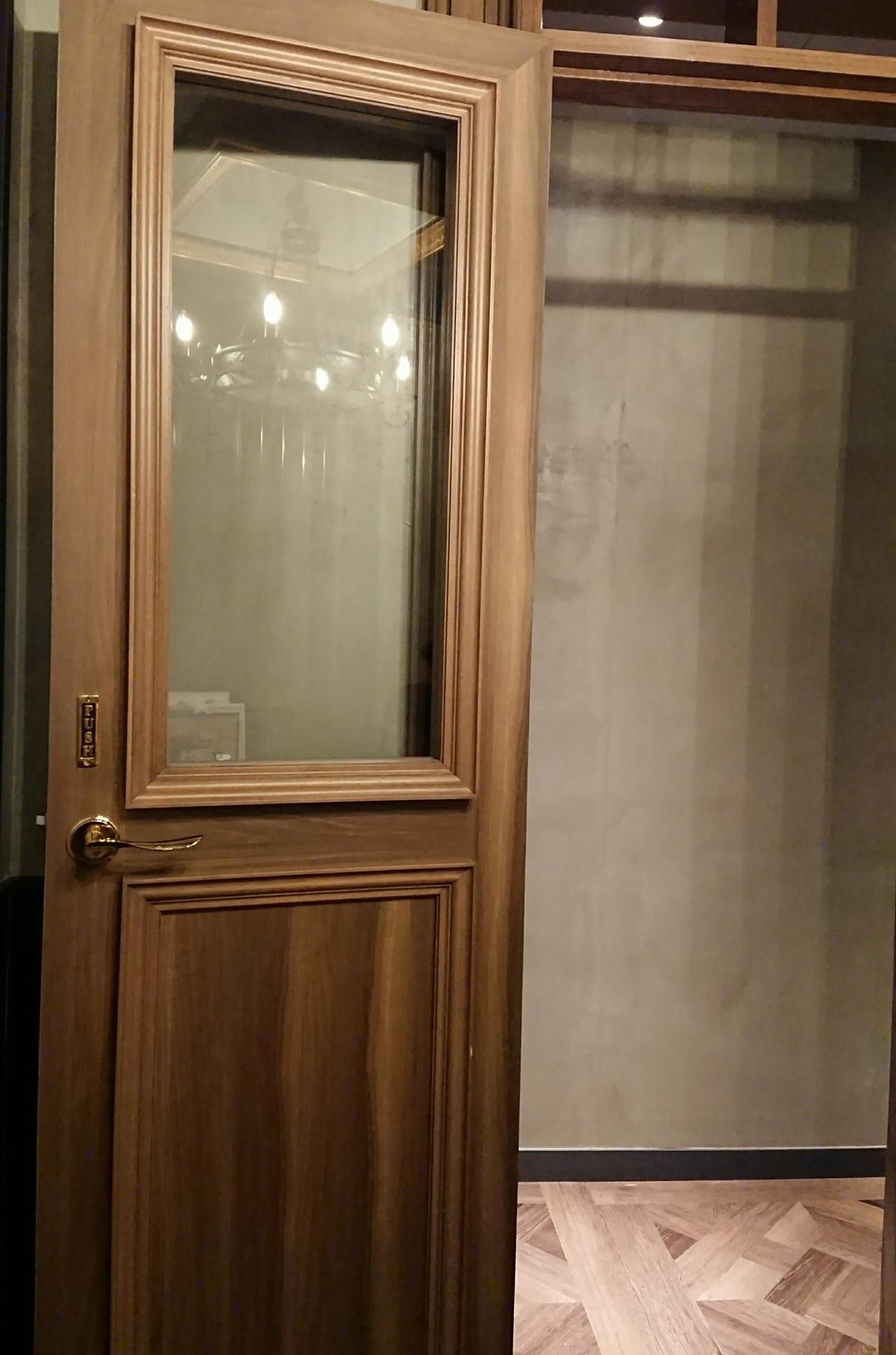 個室のドアの写真