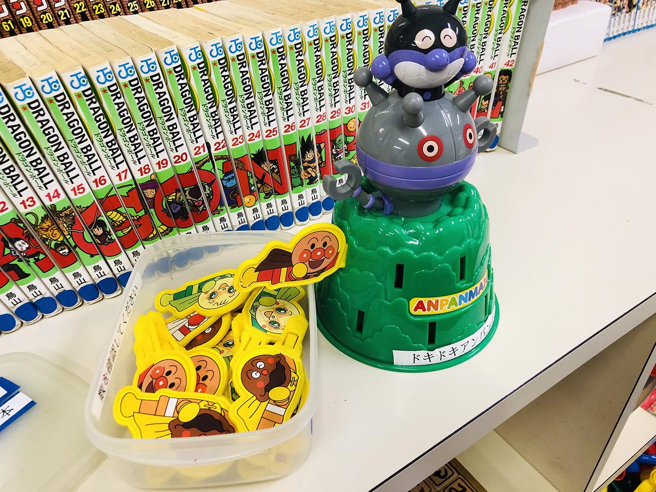 おもちゃや漫画が並んでいる本棚の写真