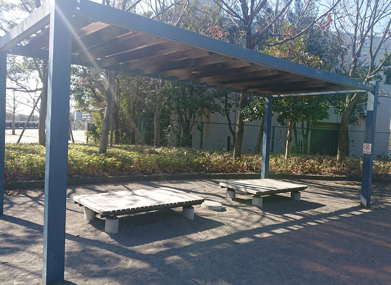 屋根付きのベンチの写真