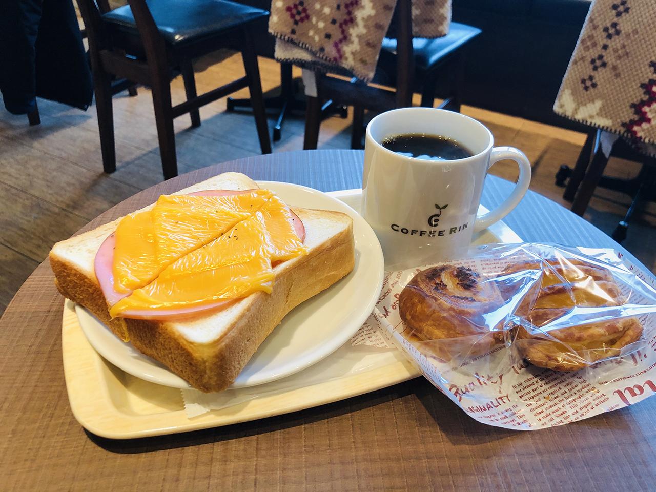 ブレンドコーヒーとハムチーズトーストの写真