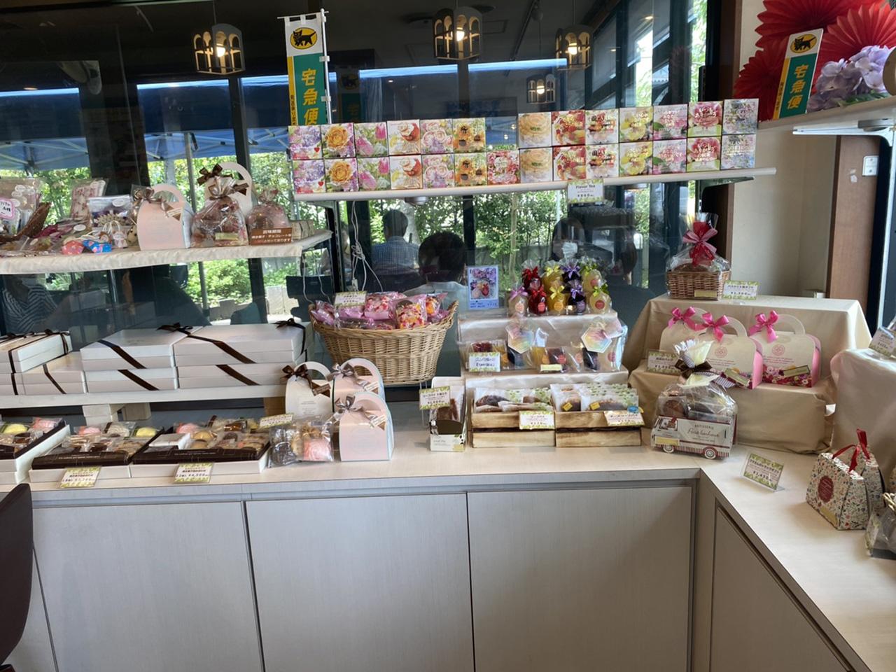 お菓子や紅茶、アクセサリーなどのお土産コーナーの写真