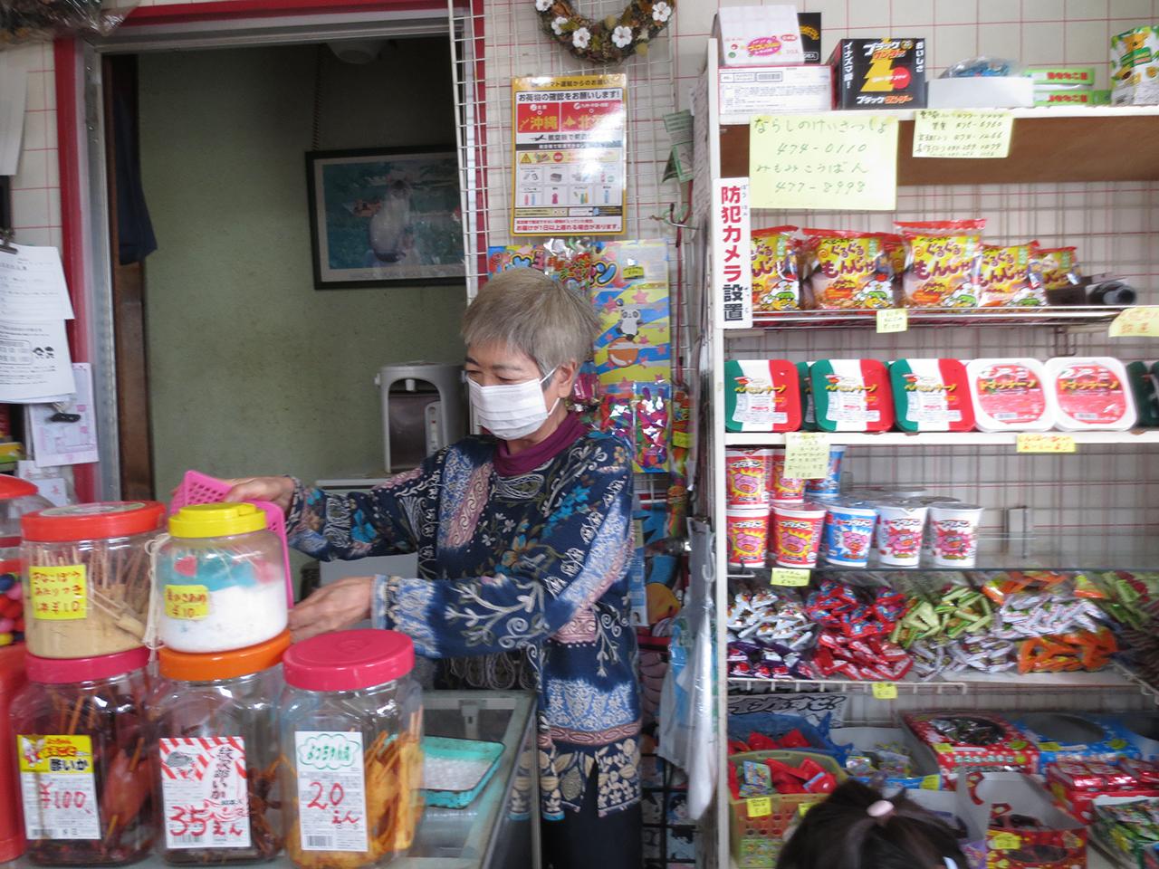 駄菓子屋のおばちゃんの写真