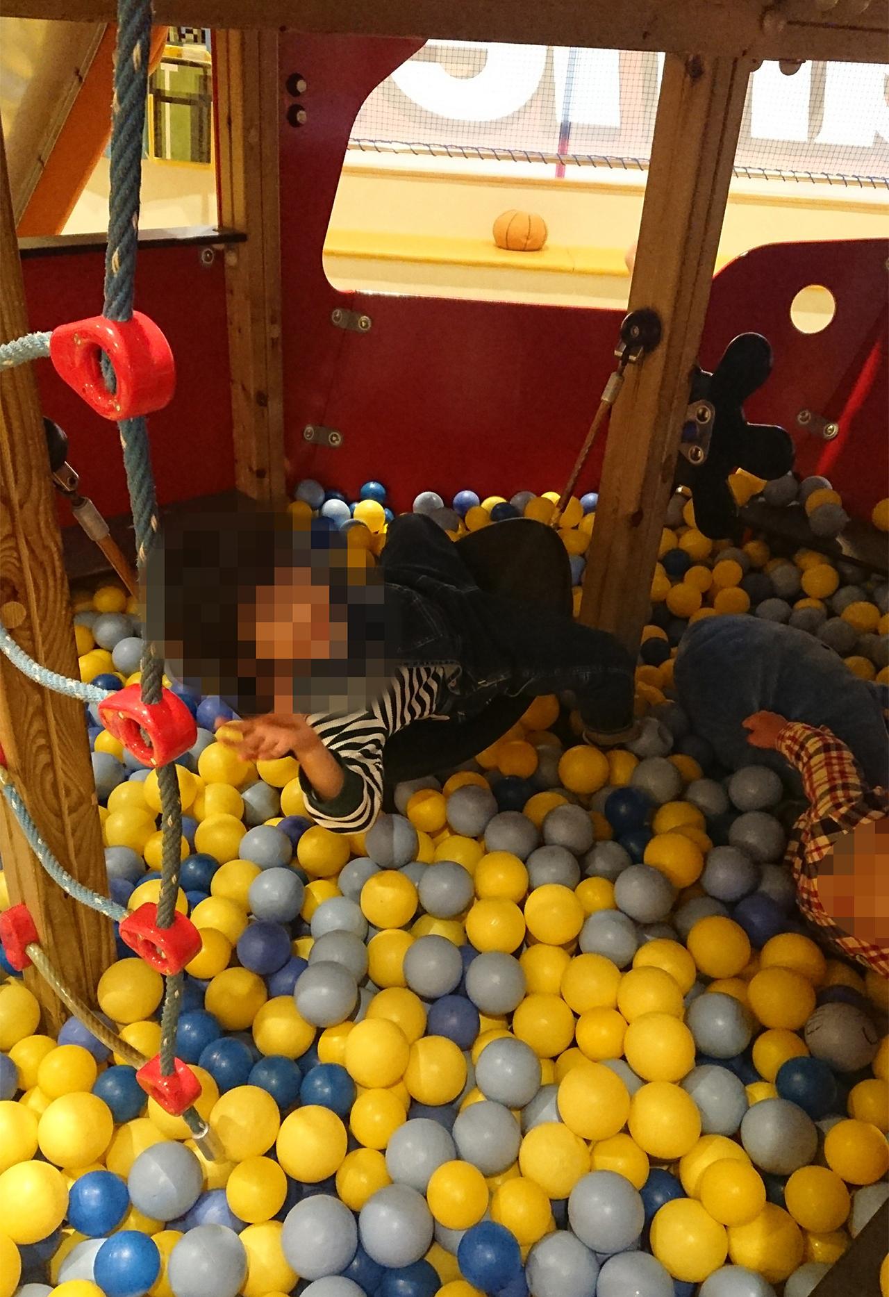 ハンモックで遊ぶ子供の写真