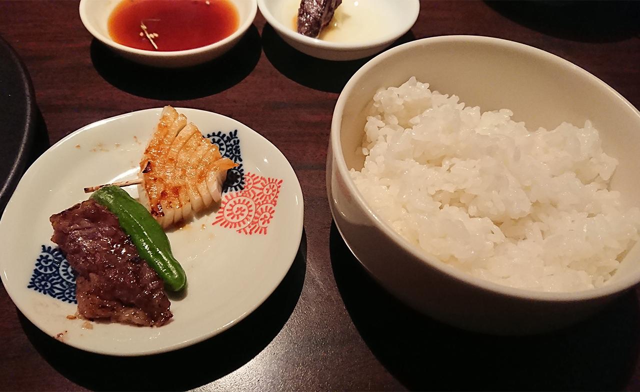 ライスと焼いた肉の写真