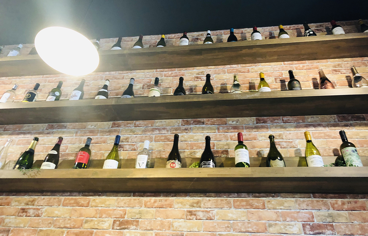 店内の壁に飾られたワインボトル