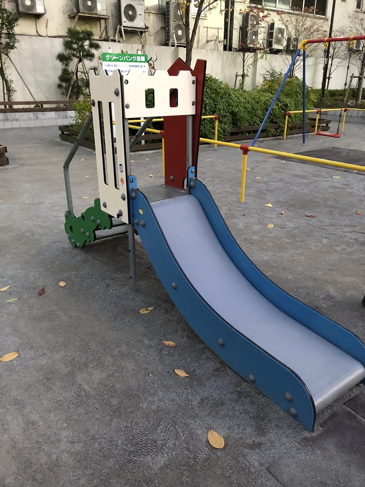 小さい滑り台の写真