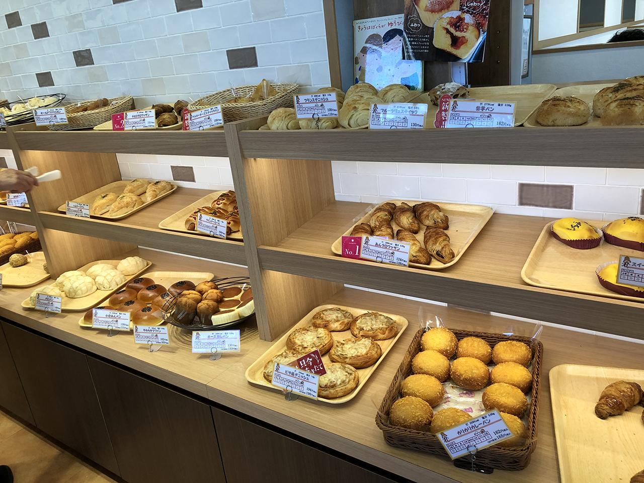 パンの陳列棚の写真
