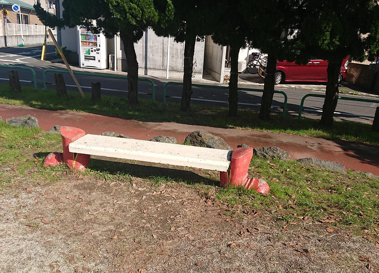 くつの形のベンチの写真