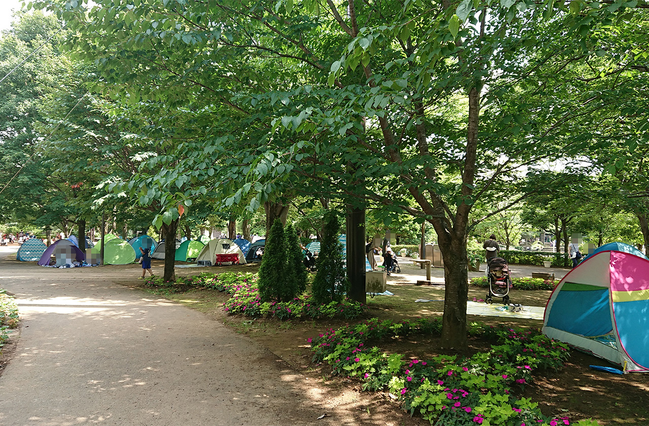 広場に並ぶテントの写真2